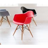 Cadeira DAR PP (base madeira) Preto
